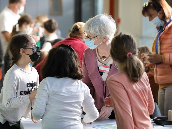 Atelier Mendeleïeva • Véronique Pierron-Bohnes • Le campus fête la science ! • Campus de Cronenbourg, Strasbourg • Fête de la Science 2021 © Nicolas Busser, CNRS
