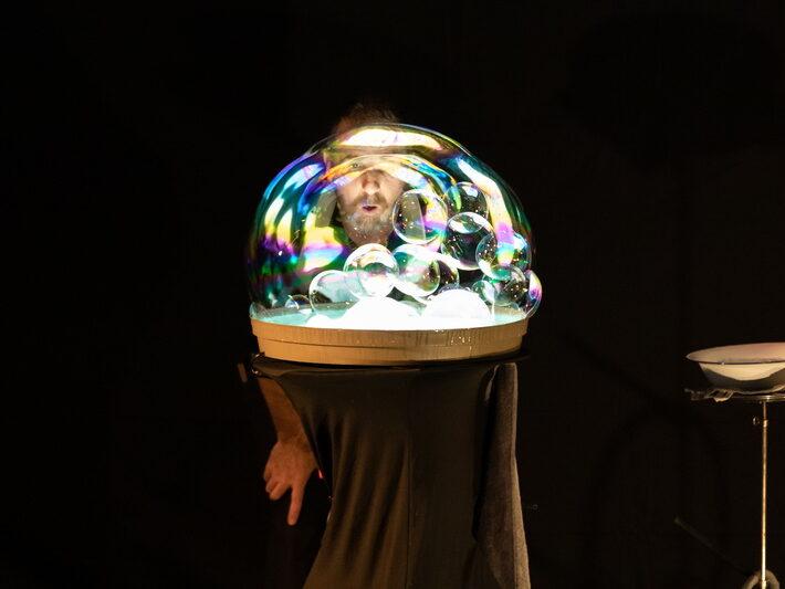 """Spectacle """"Une histoire de bulles"""" - Wiebke Drenckhan, Sébastien Kauffmann et Moreno Andreatta • Le campus fête la science ! • Campus de Cronenbourg, Strasbourg • Fête de la Science 2021 © Nicolas Busser, CNRS"""