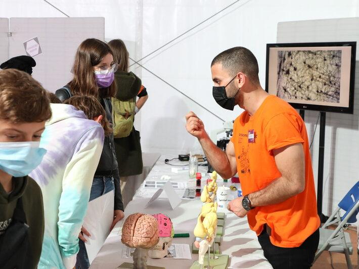 """Stand """"Il était une fois le monde des neurosciences"""" • INCI, LNCA, Doctoneuro • Le campus fête la science ! • Campus de Cronenbourg, Strasbourg • Fête de la Science 2021 © Nicolas Busser, CNRS"""
